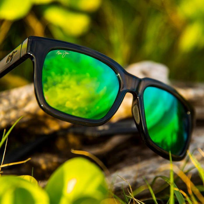 Zwarte zonnebril met reflectie van de natuur.